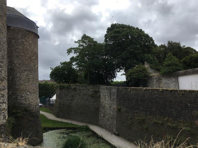 aux pieds du château