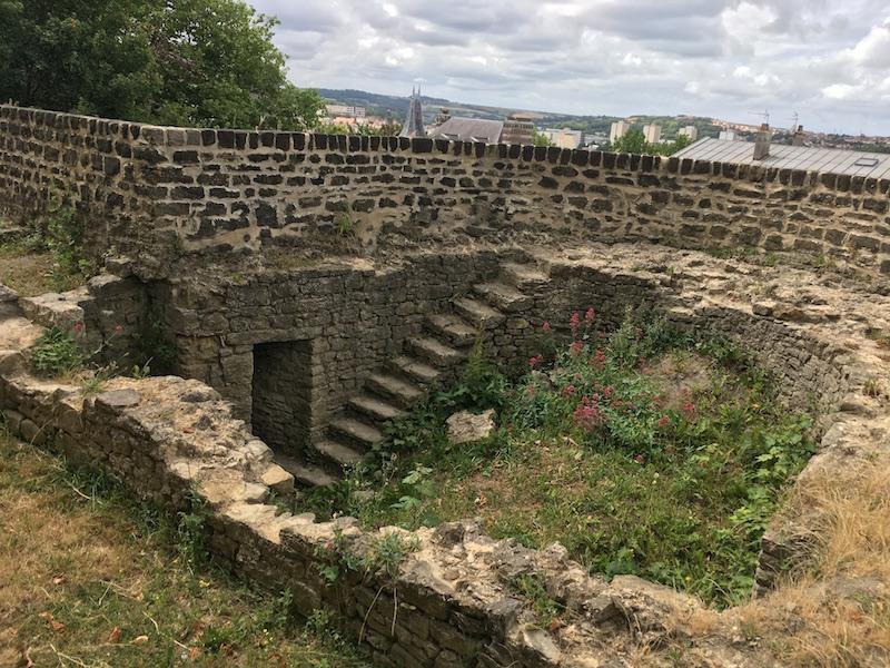 fouille archéologique ancien château et tour